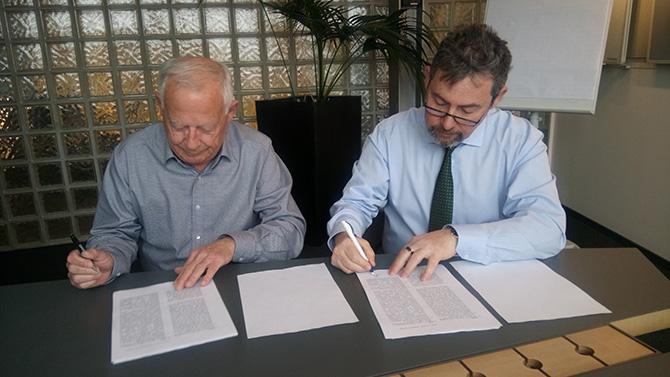 Директор компании Weinmann(Lowenstein) Уилфред Шмидт и директор компании Спиро Медикал Владимир Кривицкий подписывают эксклюзивный контракт.